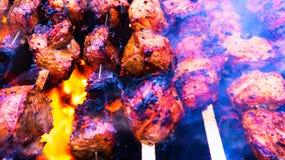 Viande grillée Barbecue savoureux frais avec des légumes dans le brasero dehors photo libre de droits
