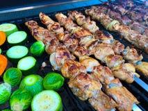 Viande grillée délicieuse assortie avec des légumes sur un barbecue Photo libre de droits