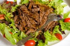 Viande hachée dans des feuilles de laitue avec des tomates et des couverts photo libre de droits