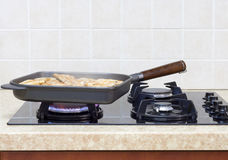 Viande juteuse de poulet dans une poêle Photo libre de droits