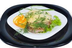 Viande juteuse frite sous le fromage Images stock