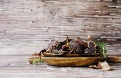 Viande lancée, vache, cerfs communs, bête sauvage ou biltong dans des cuvettes en bois sur une table rustique photos libres de droits