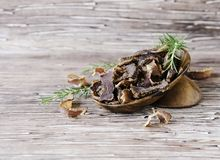 Viande lancée, vache, cerfs communs, bête sauvage ou biltong dans des cuvettes en bois sur une table rustique photographie stock libre de droits