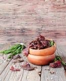 Viande lancée, vache, cerfs communs, bête sauvage ou biltong dans des cuvettes en bois sur une table rustique, foyer sélectif photographie stock