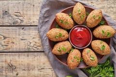 Viande libanaise Arabe du Moyen-Orient traditionnelle d'agneau de restaurant de Kibbeh bourrée et kofta de bulgur Images libres de droits