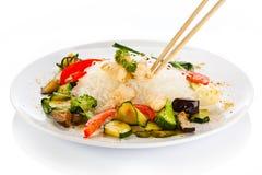 Viande, nouilles de riz et légumes rôtis sur le blanc Photographie stock libre de droits