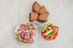 Viande, pain, concombres et tomates Images stock