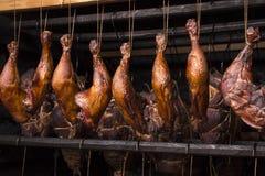viande Prêt-fumée dans le fumoir Photo libre de droits