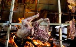 Viande rôtie traditionnelle d'Antikristo autour du feu dans la taverne de montagne, île de Crète, Grèce Photo libre de droits