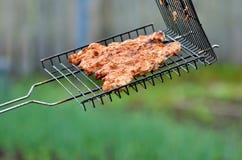 Viande rôtie de barbecue sur des charbons de bois de gril BBQ de recette ou de menu Image libre de droits