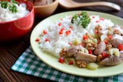 Viande rôtie de poulet avec le céleri de tige, noix rôties et riz Image stock