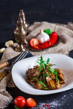 Viande rôtie faite maison de boeuf avec les champignons et l'arugula Photo stock