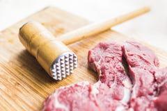 Viande rouge fraîche et un marteau pour la viande battante Image libre de droits