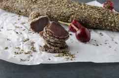 Viande sèche délicieuse, poivron rouge, coriandre, papper de cuisson sur la table grise photographie stock libre de droits