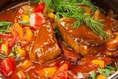 Viande sous une sauce rouge photos libres de droits
