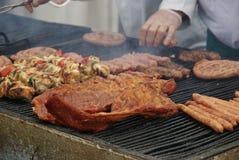 Viande sur le gril à Bucarest, Roumanie Image libre de droits