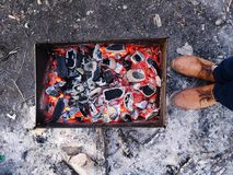 Viande sur le gril Cuisson de la viande de poulet sur le charbon de bois chaud ? la soir?e d'hiver Vue sup?rieure de plan rapproc photographie stock libre de droits
