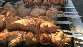 Viande sur le processus de gril ou de chiche-kebab de la cuisson banque de vidéos