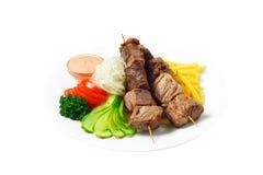 Viande sur un bâton avec des pommes de terre Photographie stock libre de droits