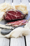 Viande traitée faite maison Capocollo Porc traité sec Coppa a découpé en tranches sur des morceaux Viande de porc âgée Charcuteri Image stock