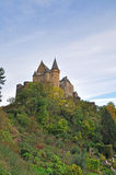 Vianden中世纪城堡在山顶部的在卢森堡 库存照片