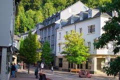 Vianden, Люксембург; 08/12/2018: Типичная улица в старом городке Vianden, в Люксембурге, Европа, с красочными домами стоковая фотография