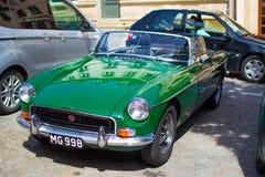 Vianden Luxembourg; 08/12/2018: gröna MG MGB, en gammal klassisk sportbil för tappning royaltyfria foton