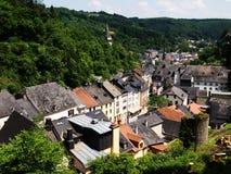 Vianden Luxembourg på floden Sauer Royaltyfri Fotografi