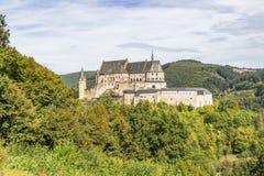 Vianden slott i Luxembourg på en stenig udde, panoramautsikt arkivfoto