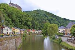 Vianden slott och panorama av Vianden, Luxembourg Royaltyfria Bilder