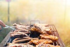 Viandes étant grillées tout entier, biftecks de friture, nervures de viande et saucisses Week-end avec la famille et les amis ext photographie stock