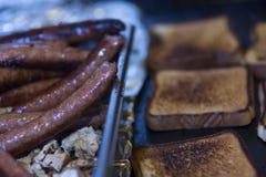 Viandes et pain grillé sur la gauffreuse photos stock