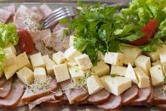 Viandes froides avec du fromage Les tranches de fromage et d'Italien d'emmental ont fait le jambon cuire au four Plateau avec le  photo libre de droits