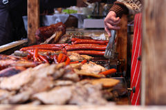 Viandes fumées sur le gril au marché de Noël Images libres de droits