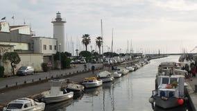 Viareggio: Den Burlamacca kanalen och gammalt, fyrfartyg förtöjde till flodbanken arkivfilmer