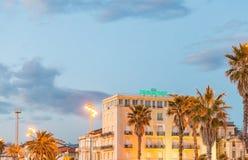 VIAREGGIO, ITÁLIA - 24 DE JANEIRO DE 2015: Passeio do oceano no por do sol imagens de stock royalty free