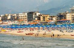 VIAREGGIO, ITALIË - MEI 30, 2015: Rij van strandparaplu's op priva Royalty-vrije Stock Foto