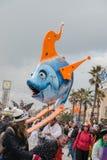 VIAREGGIO, ITALIA - 17 de febrero de 2013 - desfile de la demostración del carnaval en la calle de la ciudad Foto de archivo
