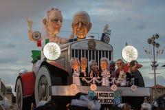 VIAREGGIO, ITALIA - 17 de febrero de 2013 - desfile de la demostración del carnaval en la calle de la ciudad Foto de archivo libre de regalías