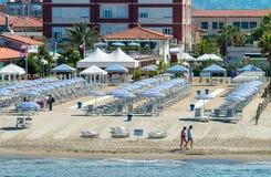 VIAREGGIO, ITALIE - 30 MAI 2015 : Rangée des parapluies de plage sur le priva Photo libre de droits
