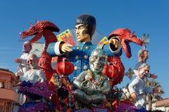 VIAREGGIO, ITALIEN - 12. FEBRUAR: Parade des allegorischen Kampfwagens Lizenzfreie Stockbilder