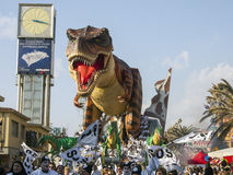 VIAREGGIO ITALIEN - FEBRUARI 19: allegorical flöte om dinosa Royaltyfria Bilder