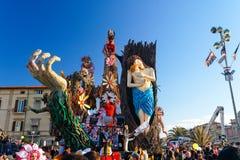 VIAREGGIO ITALIEN - FEBRUARI 19:   allegorical flöte på exploen Royaltyfri Foto