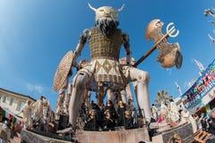 VIAREGGIO ITALIEN - FEBRUARI 17, 2013 - karnevalshowen ståtar på stadgatan arkivfoto