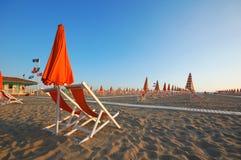 Viareggio strand med paraplyer och stolar Royaltyfri Foto