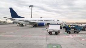Vias aéreas europeias Boeing 737-500 de EK73797 Atlantis no aeroporto de Francoforte no alcatrão vídeos de arquivo