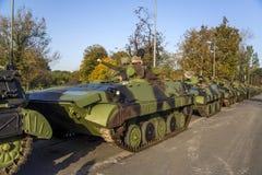 Viaturas de combate da infantaria das forças armadas sérvios Fotos de Stock