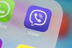 Viber在苹果计算机iPhone x智能手机屏幕特写镜头的应用象 Viber app象 社会媒介象 3d网络照片回报了社交 免版税库存照片