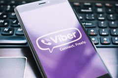 Viber-Logo auf Schirm von Xiaomi Redmi 4x lizenzfreies stockfoto