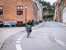 VIBORG, DÄNEMARK - 14. AUGUST 2016: Ein nicht identifiziertes Frauenradfahren Lizenzfreie Stockbilder
